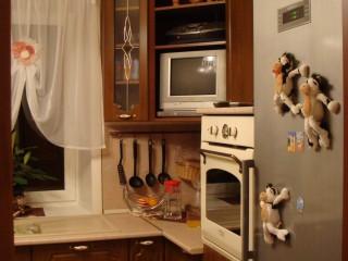 Под духовым шкафом скрыта СВЧ печь.Фасады - МДФ рамки со стеклом.