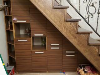 Практичное использование пространства под лестницей.