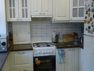 Единое целое столешницы с подоконником позволяет использовать дополнительное пространство на маленькой кухне.Шкафчик в левом углу маскирует газовую трубу.