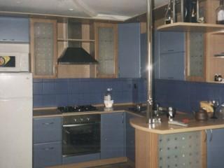 В данной кухне применены комбинированные фасады: рамочные из МДФ рамок со стеклом и МДФ с пленкой ПВХ.