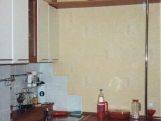 В нише за мойкой изготовлен мини-подиум,где удобно расположились чистяще-моющие принадлежности.
