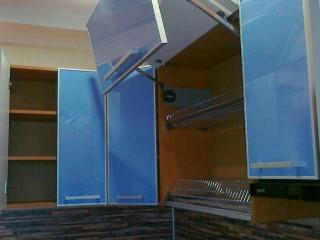 Для открывания шкафа двухярусной сушки установлен механизм плавного открывания-закрывания одновременно обоих фасадов, фирмы BLUM.