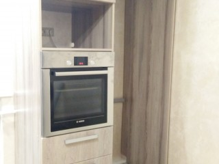 Над духовым шкафом место под СВЧ печь. Рядом ниша для холодильника.