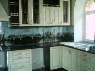 Кухня.Мойка с двумя чашами,расположенная напротив окна,позволяет совместить приятное с полезным.