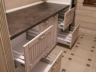 Кухня.Выдвижная система с рейлингами,с плавным закрытием ящика,с 3D регулировкой,фирмы BLUM.